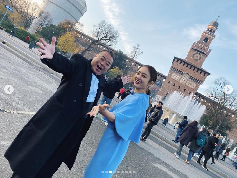「マジシャン出川 in イタリア」のロケで出川哲朗と谷まりあ(画像は『Maria.Tani 谷まりあ 2019年12月30日付Instagram「最初本当に咳き込み始めたと思って本気で心配してしまった私はマジシャンDegawaにまんまと騙されました。」』のスクリーンショット)