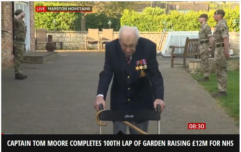 「NHSのために歩く」と宣言した99歳が目標を達成(画像は『Mirror Online 2020年4月16日付「Captain Tom Moore, 99, completes 100th lap of garden after raising £12m for NHS」(Image: BBC)』のスクリーンショット)