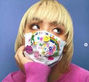 「インスタ用に、マスクにシールをペタペタして心をはずませて」とりゅうちぇる(画像は『RYUCHELL 2020年4月1日付Instagram「不安な毎日だね。」』のスクリーンショット)