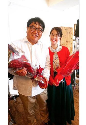 CMの撮影を終えたカンニング竹山と白石糸(画像は『白石糸 ito shiraishi 2020年3月1日付Instagram「本日からバルサン CM流れています」』のスクリーンショット)