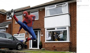 【海外発!Breaking News】子供らのため毎日走るスパイダーマン 窓には「ここに来てね」の貼り紙も(英)