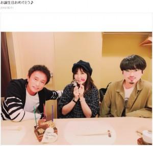 昨年5月に浜田雅功の誕生日を祝う家族3人(画像は『小川菜摘 2019年5月11日付オフィシャルブログ「お誕生日おめでとう♪」』のスクリーンショット)