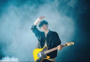 ギターを手に撮影を行うTK from 凛として時雨(画像は『TK 2019年8月25日付Instagram「夢の中の皆さんこんにちは。」』のスクリーンショット)