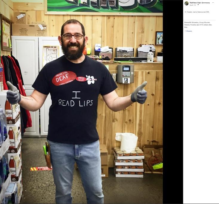 できあがった特製Tシャツ(画像は『Matthew Alan Simmons 2020年4月12日付Facebook「Hello everyone! I work part time at Trader Joe's on the weekends.」』のスクリーンショット)