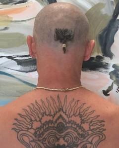 後頭部に小さな三つ編みだけ残した斬新なヘアカット(画像は『Flea 2020年5月17日付Instagram「Osmium」』のスクリーンショット)