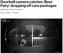 【海外発!Breaking News】「ビールの妖精参上!」豚のマスク、恐竜の着ぐるみの人物が玄関にビールを置き去る(米)<動画あり>