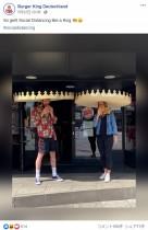 【海外発!Breaking News】バーガーキング「社会的距離確保」にユニークな試み 巨大な王冠、生玉ねぎ3倍増量で強烈口臭!?<動画あり>