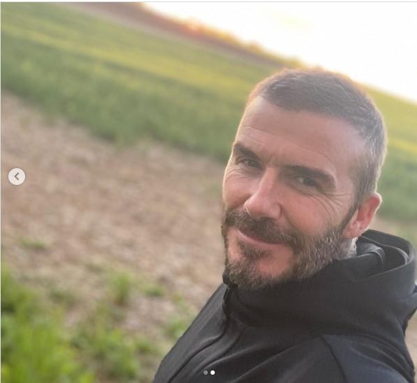 デヴィッド・ベッカムが突然ふさふさヘアに!?(画像は『David Beckham 2020年5月14日付Instagram「Nice to get out for an early morning run before home schooling starts...」』のスクリーンショット)