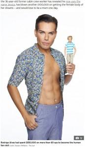 """""""リアル・ケン""""を目指していた頃のロドリゴさん(画像は『The Sun 2020年3月9日付「LIVING DOLL Rodrigo Alves was a Ken Doll but now she's a Barbie & would love to have a baby」(Credit: Stewart Williams - The Sun)』のスクリーンショット)"""