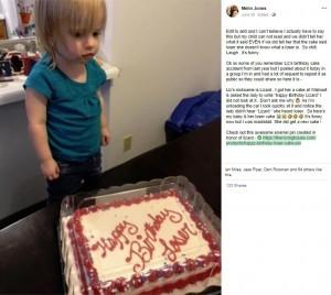 「ルーザー(負け犬)」と書かれたケーキを見て立ちすくむ2歳児(画像は『Melin Jones 2019年6月30日付Facebook「Editing this with a little more information because some of the news stations have really butchered it & have false statements.」』のスクリーンショット)