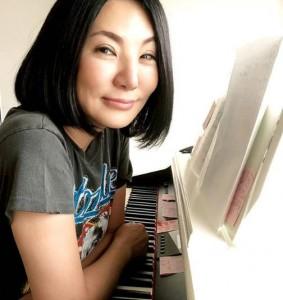ピアノに向かう広瀬香美(画像は『広瀬香美 kohmi.hirose 2020年5月7日付Instagram「こんにちは~快晴♪」』のスクリーンショット)