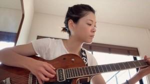 ギターを練習する上野樹里(画像は『上野樹里 2020年5月3日付「こんにちは」』のスクリーンショット)