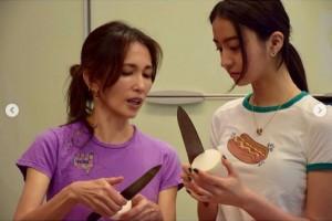 工藤静香から料理を教えてもらうKoki,(画像は『Koki, 2020年5月24日付「Making dinner with my mum since quarantine started!」』のスクリーンショット)
