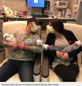 4つ子を抱えるパパのクリスさんとママのジェニーさん(画像は『Metro 2020年5月22日付「Mum gives birth to identical quadruplets, defying one in 15 million odds」(Picture: Marr family)』のスクリーンショット)