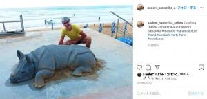 サイの作品(画像は『Andoni Bastarrika(Artista) 2018年8月23日付Instagram「Escultura realista con arena Autor:Andoni Bastarrika」』のスクリーンショット)