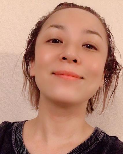 美容院に行けず、自宅で髪を染める佐藤仁美(画像は『佐藤仁美 2020年5月5日付Instagram「美容院行きたくても行けない。。。」』のスクリーンショット)