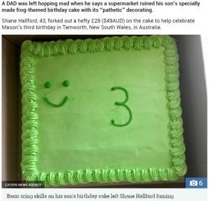 あまりにもお粗末だったカエルの誕生日ケーキ(画像は『The Sun 2018年11月12日付「HOPPING MAD Disgusted dad slams supermarket for ruining his son's frog-themed birthday cake with their 'pathetic' decorating skills」(Credit: CATERS NEWS AGENCY)』のスクリーンショット)