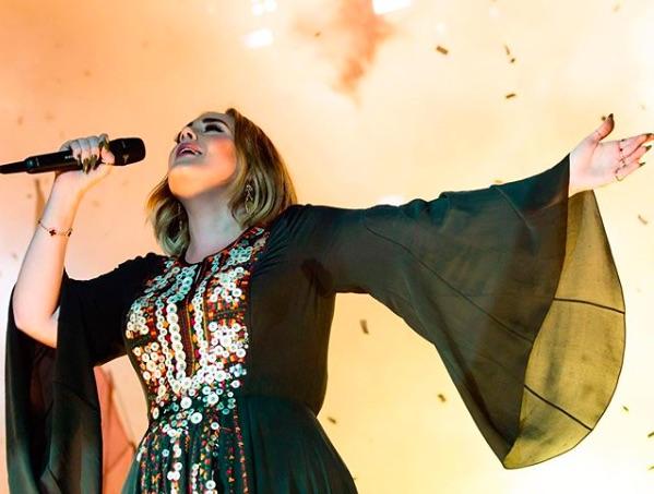 2016年のパフォーマンスシーン(画像は『Adele 2020年6月27日付Instagram』のスクリーンショット)