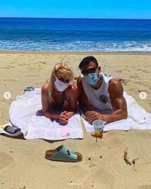 """【イタすぎるセレブ達】ブリトニー・スピアーズ、恋人とマスク着用でビーチデート 2ショットに「リアル""""バービー&ケン""""」称賛の声も"""
