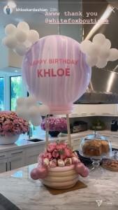パーティー気分を盛り上げる素敵なデコレーション(画像は『Khloé 2020年6月27日付Instagram』のスクリーンショット)