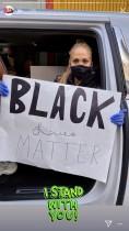 【イタすぎるセレブ達】ジェニファー・ロペス、子供達の作った手書きサイン掲げてロスの抗議デモへ