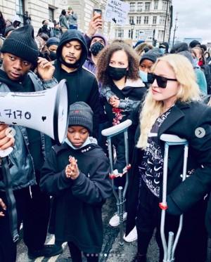 【イタすぎるセレブ達】マドンナ「抗体があるから大丈夫」とマスクなし、松葉杖で抗議デモに参加