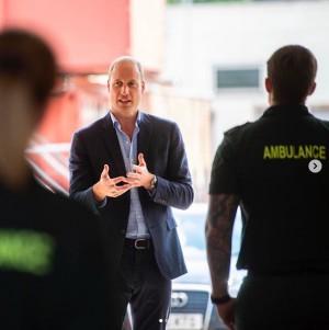 【イタすぎるセレブ達】ウィリアム王子、約3か月ぶりの対面式公務で地元救急隊員らをねぎらう