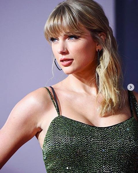 テネシー州民のテイラー・スウィフト「人種差別主義者の記念碑など不要!」(画像は『Taylor Swift 2019年11月24日付Instagram「@kevinmazur @johnshearer」』のスクリーンショット)