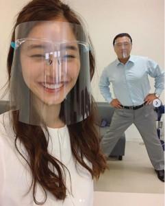 フェイスガードをつけた新木優子と小出伸也(画像は『新木優子 2020年6月8日付Instagram「蟹江先生、元気です」』のスクリーンショット)
