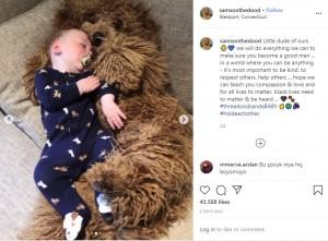 生後6か月のテオ君とゴールデンドゥードル(画像は『Samson The Goldendoodle (f1b) 2020年6月4日付Instagram「Little dude of ours」』のスクリーンショット)