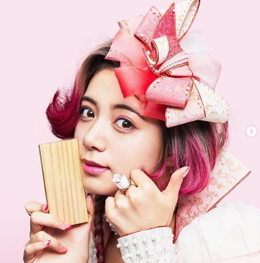 池田エライザ、auのCMで「親指姫」役に(画像は『ELAIZA IKEDA 2019年5月31日付Instagram「おはよう! 三姫のママの親指姫です。」』のスクリーンショット)