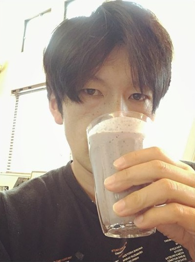 毎朝スムージーを飲む丸山智己(画像は『丸山智己 2020年6月25日付Instagram「グンモーニン」』のスクリーンショット)
