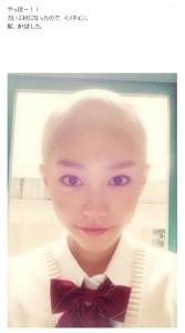 坊主頭の桐谷美玲(画像は『桐谷美玲 2015年9月29日付オフィシャルブログ「髪、切りました」』のスクリーンショット)