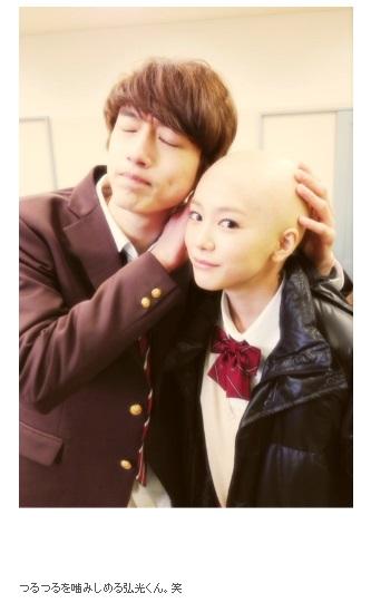 坂口健太郎と桐谷美玲(画像は『桐谷美玲 2015年9月29日付オフィシャルブログ「髪、切りました」』のスクリーンショット)