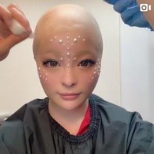 MVで三蔵法師役のきゃりーぱみゅぱみゅ(画像は『きゃりーぱみゅぱみゅ 2020年4月24日付Instagram「skinhead!!」』のスクリーンショット)