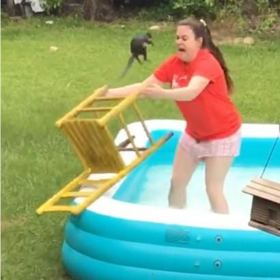 【海外発!Breaking News】プールからリスを助けようとした娘 突然飛び乗られ大絶叫(米)<動画あり>