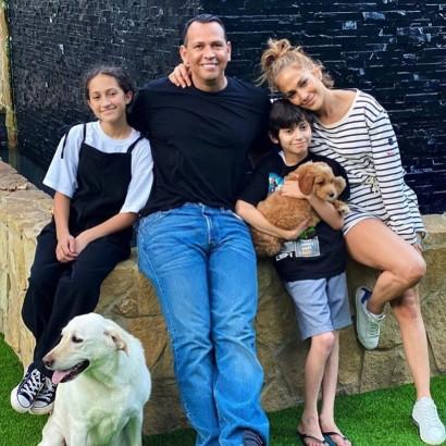 【イタすぎるセレブ達】ジェニファー・ロペス一家に子犬が仲間入り 専用インスタ開設でフォロワーも1万人超