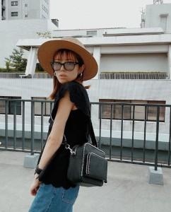 若槻千夏が番組で紹介した自身のブランドのバッグ(画像は『若槻千夏 2020年5月22日付Instagram「o o t d」』のスクリーンショット)