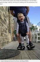【海外発!Breaking News】脳性麻痺の4歳児、特別なハーネスで初めて自分の足で歩く(英)<動画あり>