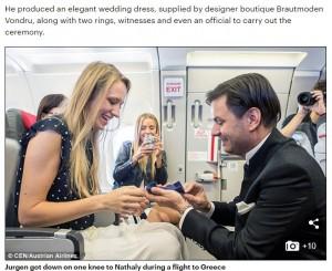 機内でプロポーズしたユルゲンさん(画像は『Daily Mail Online 2016年8月5日付「Couple marry at 35,000 feet after boyfriend's mid-flight proposal turns into a surprise WEDDING(and he even has a dress ready)」』のスクリーンショット)