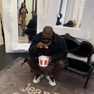 自身のブランドの靴を履いているカニエ・ウェスト(画像は『YEEZY MAFIA 2020年2月21日付Instagram「Ye rocking the QNTM OG in Paris.」』のスクリーンショット)