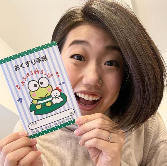 お薬手帳を手にする横澤夏子(画像は『横澤夏子 2020年4月28日付Instagram「#けろっぴのおくすり手帳を送ってくださった方がいたのよー!」』のスクリーンショット)