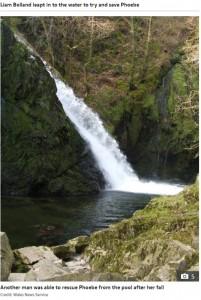 フィービーちゃんが転落した滝(画像は『The Sun 2020年7月29日付「'I WAS SCARED' Brave girl, 6, tells of moment she slipped and plunged 100ft down waterfall in front of screaming mum」(Credit: Wales News Service)』のスクリーンショット)