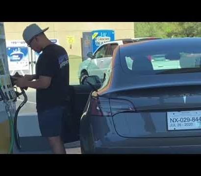 【海外発!Breaking News】電気自動車テスラにガソリンスタンドで給油しようとした男性(米)<動画あり>