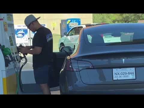 テスラにガソリン補給しようとする男性(画像は『TechnologyExpo 2020年7月17日公開 YouTube「He Tried to Put Gas In His Tesla Model 3」』のサムネイル)