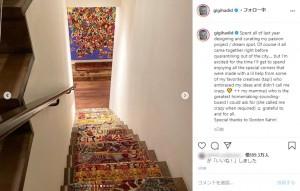 派手な絨毯が敷かれた階段(画像は『Gigi Hadid 2020年7月26日付Instagram「Spent all of last year designing and curating my passion project / dream spot.」』のスクリーンショット)