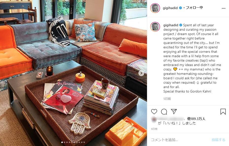 ジジ・ハディッドがデザインしたというリビングルーム(画像は『Gigi Hadid 2020年7月26日付Instagram「Spent all of last year designing and curating my passion project / dream spot.」』のスクリーンショット)