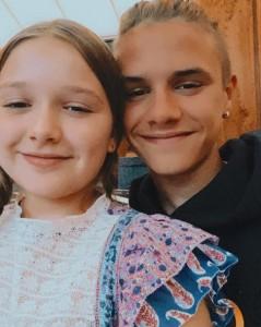 次男ロメオとハーパーちゃん(画像は『ROMEO 2020年7月10日付Instagram「Happy 9th birthday Harper I hope you have a lovely day love you so much」』のスクリーンショット)