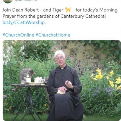 【海外発!Breaking News】オンライン礼拝中にやってきた猫、司祭の後ろでミルクを盗み飲み(英)<動画あり>