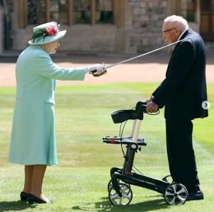 【イタすぎるセレブ達】エリザベス女王、トム・ムーアさん(100)に勲章を授与 43億円以上の寄付金集めた英ヒーローにナイトの爵位